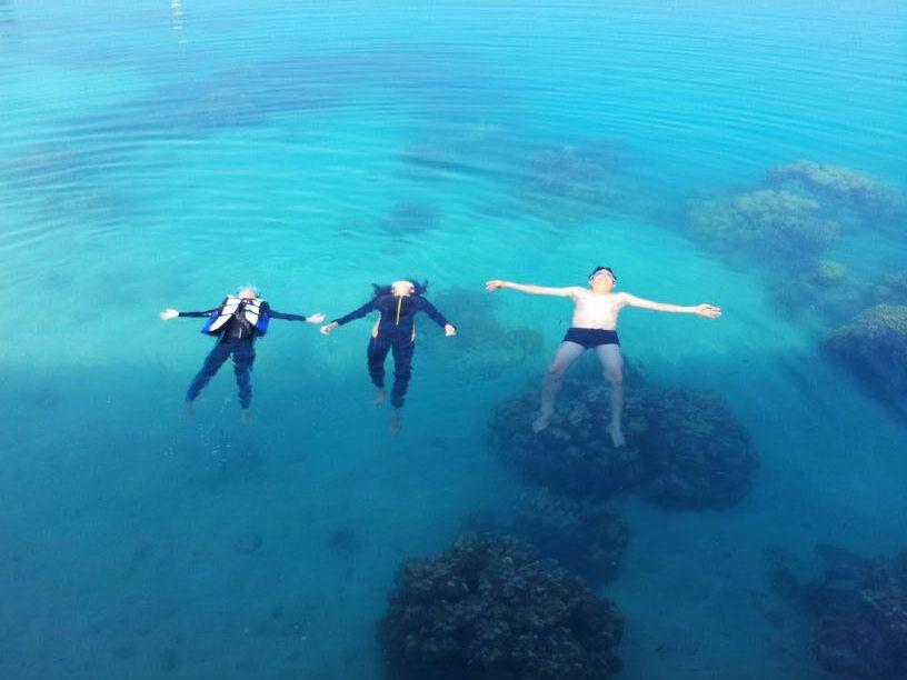 Mengapung di air laut tenang Tidung Lagoon