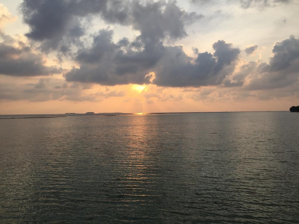 Matahari terbit dari jendela kamar