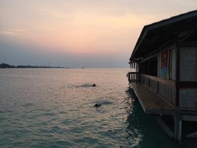 Berenang Sembari Menikmati Sunset